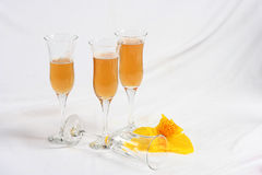 Pétales et verres à vin de lis Photographie stock