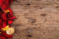 Pétalos rojos de la flor del popurrí en el fondo de madera - serie 2 Imagenes de archivo