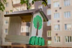 Ptasi dozownik przed domem Fotografia Stock