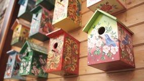 ptasi kolorowi domy Handmade drewniany birdhouse na bela domu Birdhouses na ścianie sąsiedztwo Drewniany birdhouse wewnątrz Obraz Royalty Free