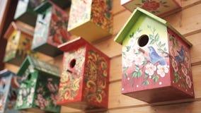ptasi kolorowi domy Handmade drewniany birdhouse na bela domu Birdhouses na ścianie sąsiedztwo Drewniany birdhouse wewnątrz Fotografia Stock