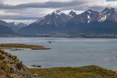 Ptasi latanie nad wyspy i gór widokiem w Beagle kanale - Ushuaia, Tierra Del Fuego, Argentyna Obrazy Stock