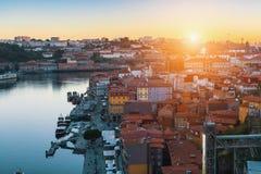 Ptasi ` oka widok stary śródmieście Porto, Douro Ribeira od Dom Luis, rzeka - i przerzucam most przy zadziwiającym zmierzchem Zdjęcia Royalty Free