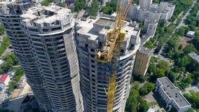 Ptasi ` s lota widok na niedokończonych wieżowach, budynkach mieszkaniowych i drogach, below 4K zdjęcie wideo