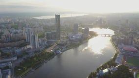 Ptasi ` s oka widok miasto, nowożytni budynki, miasto rzeka Piękny miasta widok z lotu ptaka Wielki nowożytny centrum miasta prze zdjęcie wideo