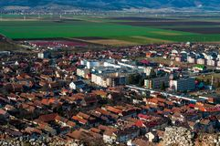 Ptasi ` s oka widok miasto w Rumunia z zieleni polami i pogórza w tle zdjęcia stock