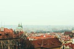 Ptasi ` s oka widok Praga linia horyzontu i St Nicholas kościół obraz royalty free