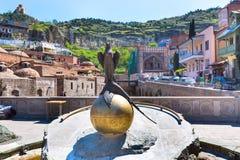 Ptasi statuy i siarki skąpań domy Stary miasteczko Tbilisi, republika Gruzja Obrazy Royalty Free