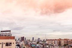Ptasi widok nad pejzażem miejskim z zmierzchem i chmurami w wieczór C Obrazy Royalty Free