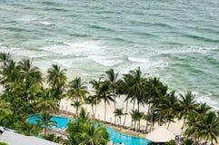 Ptasiego oka widok biała piasek plaża, kokosowi drzewka palmowe, hotele, kurorty i tropikalna denna kipiel na Koh Chang wyspie w  zdjęcie stock