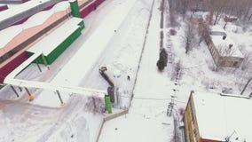 Ptasiego oka widoku ciężarówki zbiornik wypełniał z benzynowymi produktami pod śniegiem zbiory