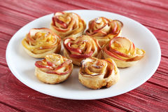 Pâte feuilletée avec les roses formées par pomme Images libres de droits