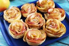 Pâte feuilletée avec les roses formées par pomme Image libre de droits