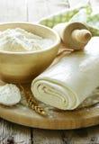 Pâte feuilletée et farine faites maison Photographie stock