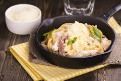 Pâtes avec le lard, le poulet, le parmesan et l'oeuf brouillé Photographie stock