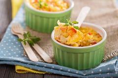 Pâtes cuites au four avec l'oeuf et les légumes Photo stock