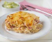 Pâtes cuites au four crémeuses avec le lard et le fromage Photographie stock libre de droits