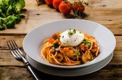 Pâtes italiennes avec l'oeuf poché Image stock