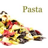 Pâtes italiennes crues d'isolement sur la fin blanche de fond (avec e Image stock