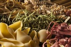 Pâtes italiennes sèches faites maison assorties Photographie stock