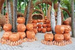 PThe skulpterar konstiga krukor blick som mänsklig framsida i Nong Nooch den tropiska trädgården i Pattaya Royaltyfria Bilder