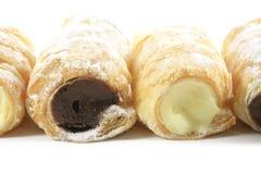 Pâtisseries de klaxon remplies par crème Photos stock