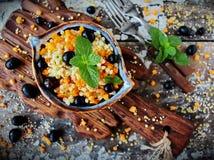 Ptitim israelita do cuscuz com abóbora, uvas e a hortelã fresca Imagem de Stock Royalty Free