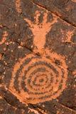 Pétroglyphe sur la roche rouge Photo libre de droits