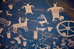Pétroglyphes à la roche de journal Photographie stock