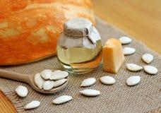 Pétrole de graine de citrouille avec des graines Image stock
