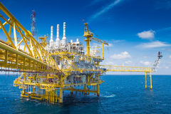 Pétrole et gaz traitant la plate-forme, produisant le condensat de gaz et l'eau et envoyé à la raffinerie terrestre Image stock