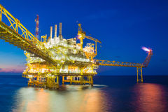 Pétrole et gaz traitant la plate-forme, produisant le condensat de gaz et l'eau et envoyé à la raffinerie terrestre Image libre de droits