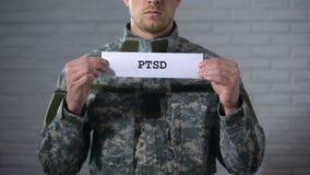 PTSD écrit sur des mains de signe dedans du soldat masculin, désordre posttraumatic, santé banque de vidéos