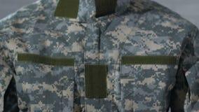 PTSD scritto su carta in mani del soldato maschio, disturbo mentale dopo la guerra stock footage