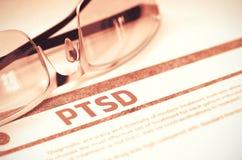 PTSD - Utskrivaven diagnos på röd bakgrund illustration 3d Royaltyfri Foto