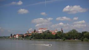 Ptuj, Словения, панорамная съемка самого старого города в Словении при замок обозревая старый городок от холма, облаков акции видеоматериалы