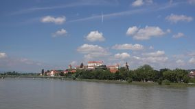 Ptuj, Словения, панорамная съемка самого старого города в Словении при замок обозревая старый городок от холма, облаков сток-видео