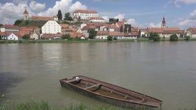 Ptuj, Словения, панорамная съемка самого старого города в Словении при замок обозревая старый городок от холма, облаков видеоматериал