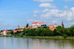Ptuj, Eslovênia, tiro panorâmico da cidade a mais velha em Eslovênia com um castelo que negligencia a cidade velha de um monte, n fotos de stock royalty free