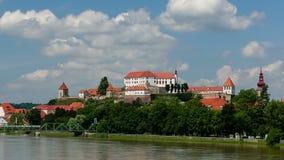 Ptuj, Eslovenia, tiro panorámico de la ciudad más vieja en Eslovenia con un castillo que pasa por alto la ciudad vieja de una col metrajes