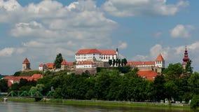 Ptuj, Eslovenia, tiro panorámico de la ciudad más vieja en Eslovenia con un castillo que pasa por alto la ciudad vieja de una col almacen de video