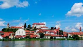 Ptuj, Eslovenia, tiro panorámico de la ciudad más vieja en Eslovenia con un castillo que pasa por alto la ciudad vieja de una col almacen de metraje de vídeo