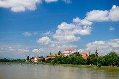 Ptuj, Slovenië, panoramisch schot van oudste stad in Slovenië met een kasteel die de oude stad van een heuvel, wolken overzien Stock Afbeeldingen