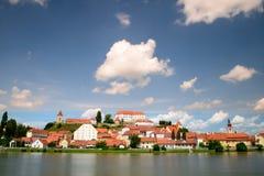 Ptuj, Slovenië, panoramisch schot van oudste stad in Slovenië met een kasteel die de oude stad van een heuvel, wolken overzien Royalty-vrije Stock Fotografie
