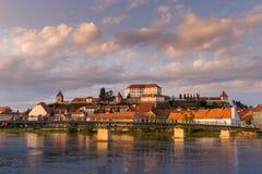Ptuj, Slovenië, panoramisch schot van oudste stad in Slovenië met een kasteel die de oude stad overzien Stock Afbeeldingen
