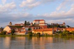 Ptuj Slovenien, panorama- skott av den äldsta staden i Slovenien med en slott som förbiser den gamla staden arkivfoton