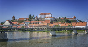 Ptuj y el castillo con el río de Drava Imagen de archivo
