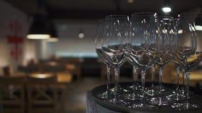 Puści win szkła stoi na tacy w restauracji w górę zdjęcie wideo