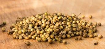Puñado de las semillas de coriandro teñidas 2 Foto de archivo libre de regalías