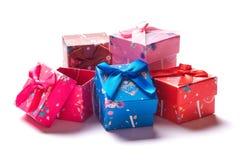 Puñado de pequeñas cajas de regalo en un fondo blanco imagenes de archivo